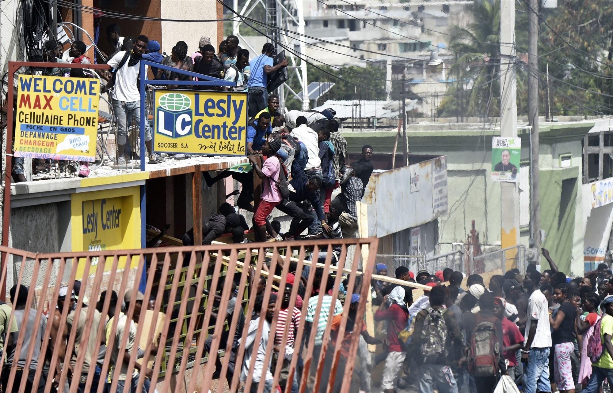 Гаити: Массовые протесты заставили власти отменить повышение цен